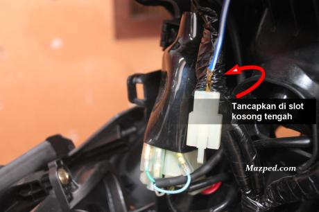pasang kabel tambahan pada soket lampu senja